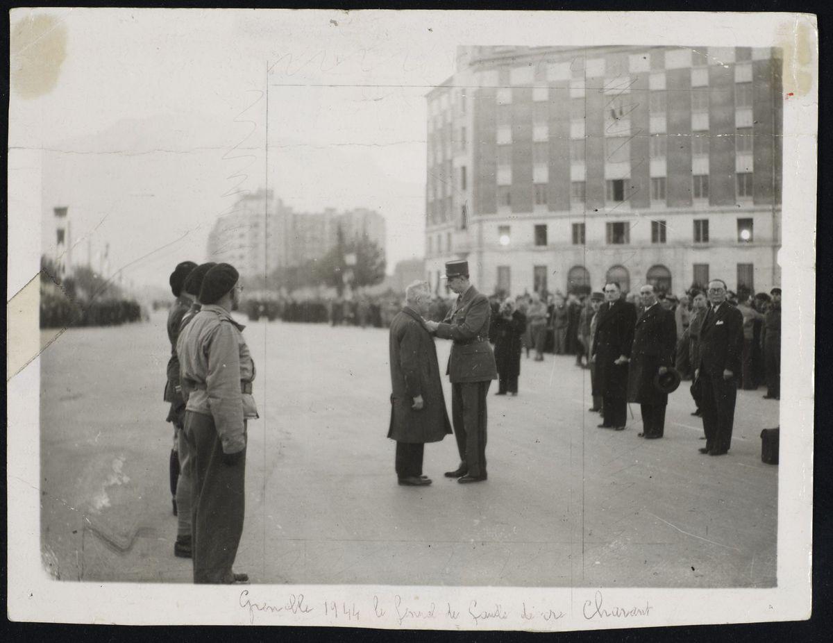 Remise de la croix de la libération à Eugène Chavant par le général De Gaulle, place Gustave Rivet à Grenoble, 5 novembre 1944. Photographie