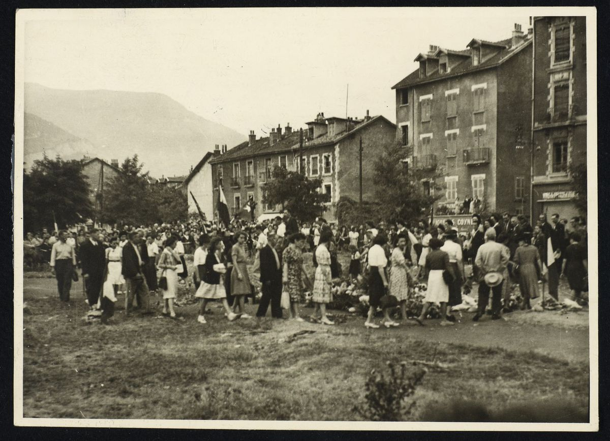 Dépôt de fleurs cours Berriat à la libération de Grenoble, 22 août 1944. Photographie
