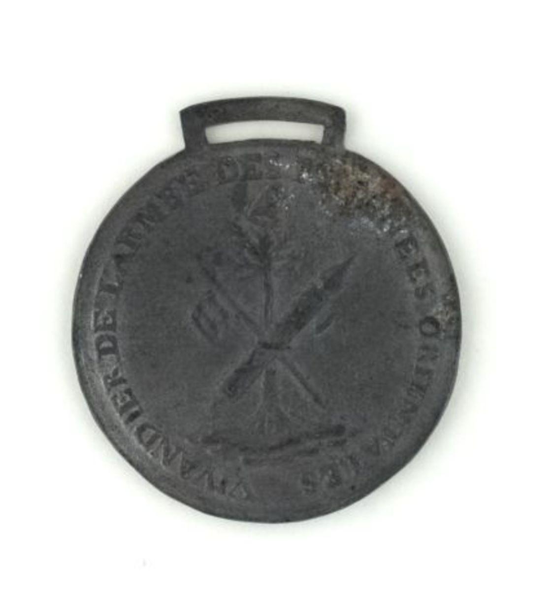 Vivandier de l'armée des Pyrénées orientales. Médaille en étain, retirage avec bélière fixe. numismatique