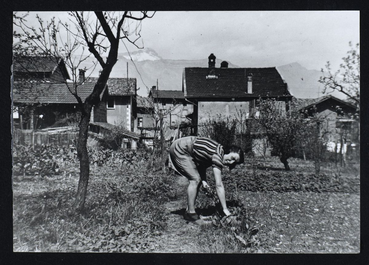 Anne-Marie Mingat-Lerme dans son potager, Domène, 1944 Photographie 1944