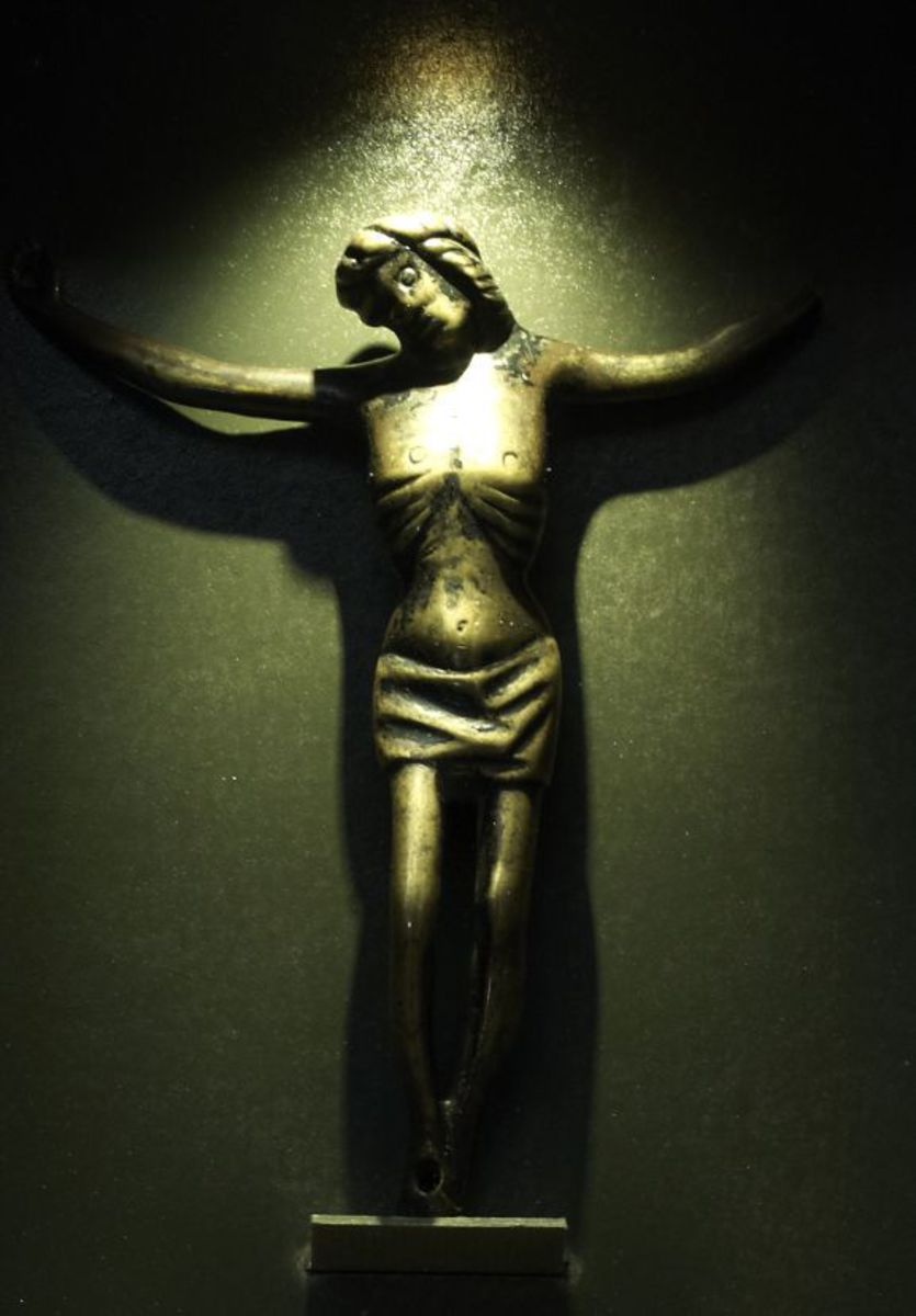 Christ en croix sculpture