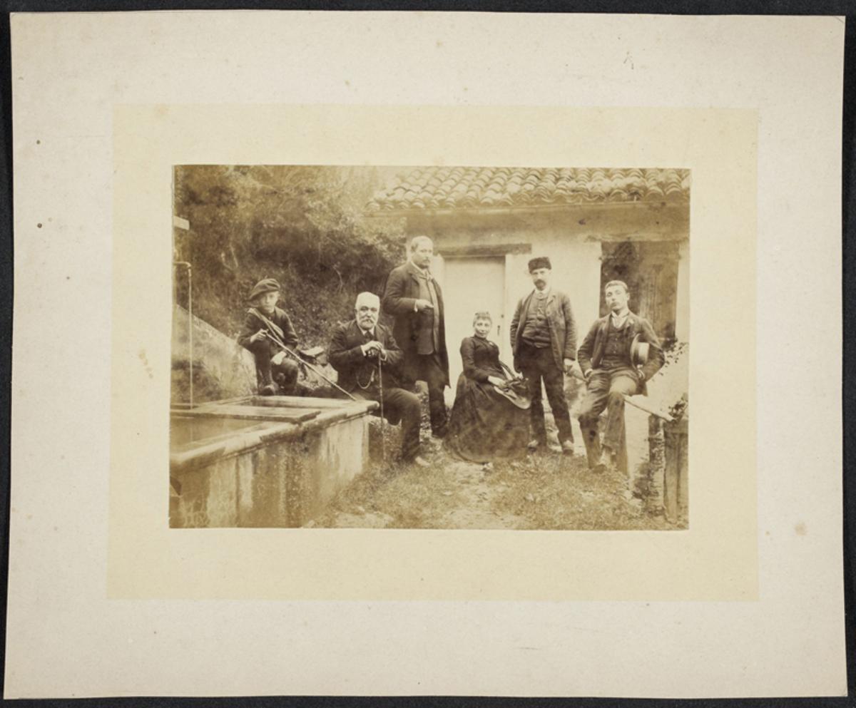 Groupe devant la maison de Th. Ravanat Photographie