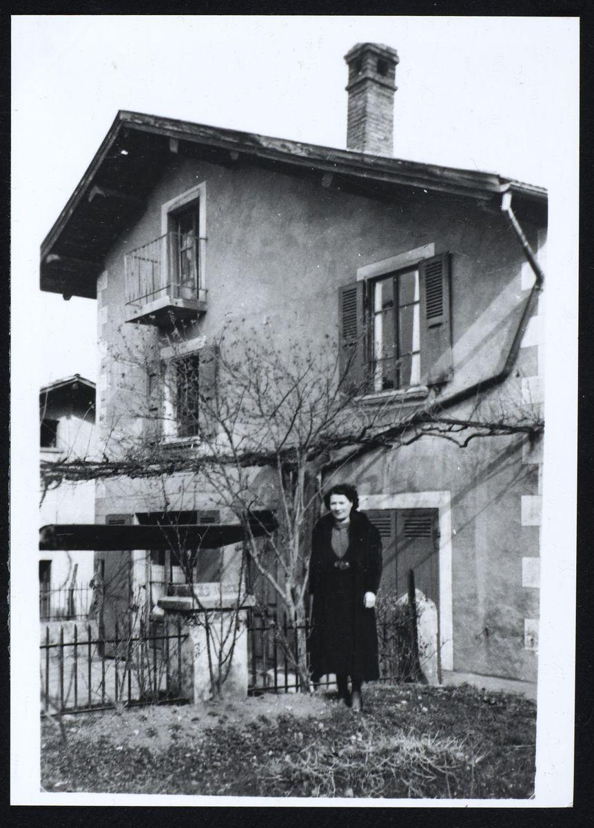 La mère d'Anne-Marie Mingat devant le bassin, Domène, 1944 Photographie 1944