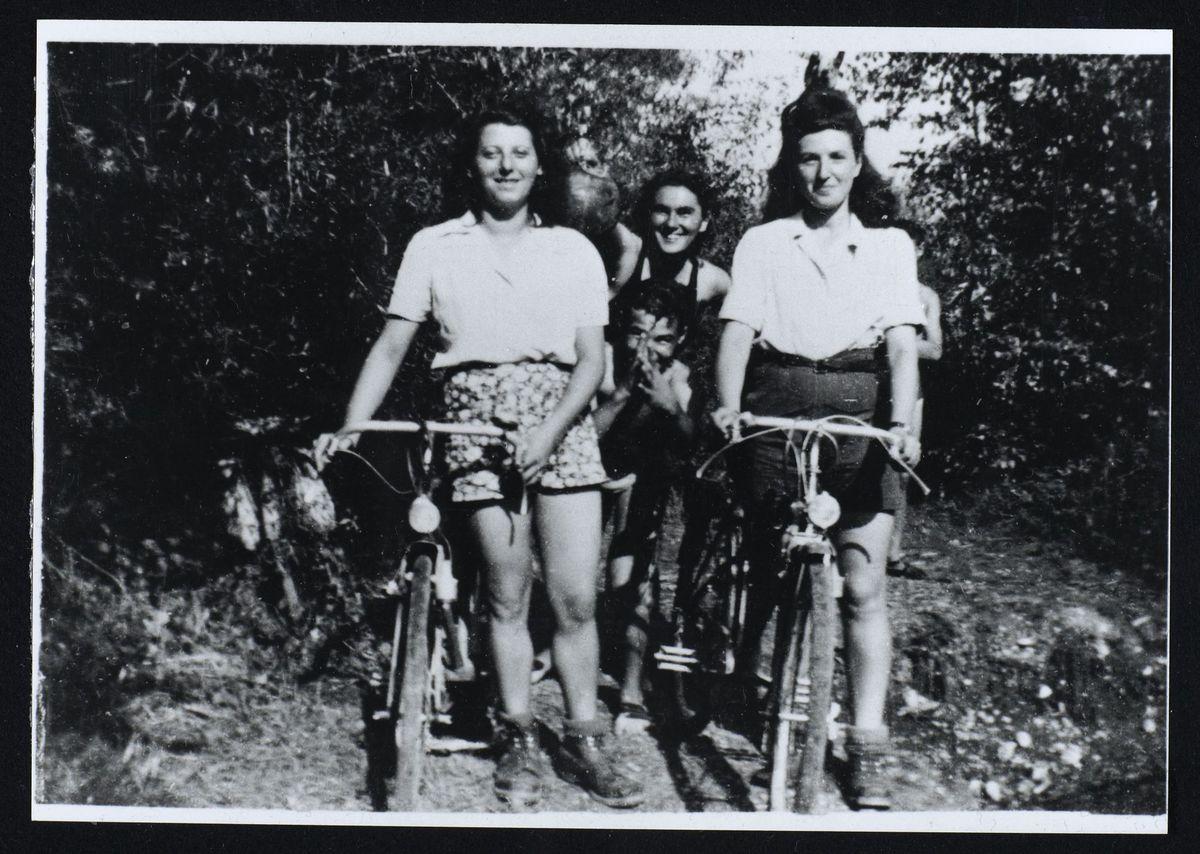 Erna Einhorn, Théa Epstein et Fanya Ewenczyk du Mouvement de la Jeunesse sioniste, Grenoble, 1944 Photographie 1944