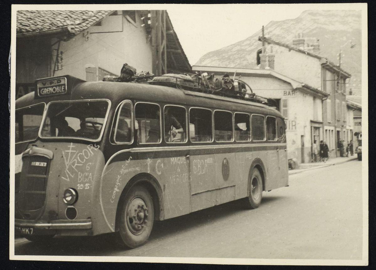 Autocar à la libération de Grenoble, 22 août 1944. Photographie