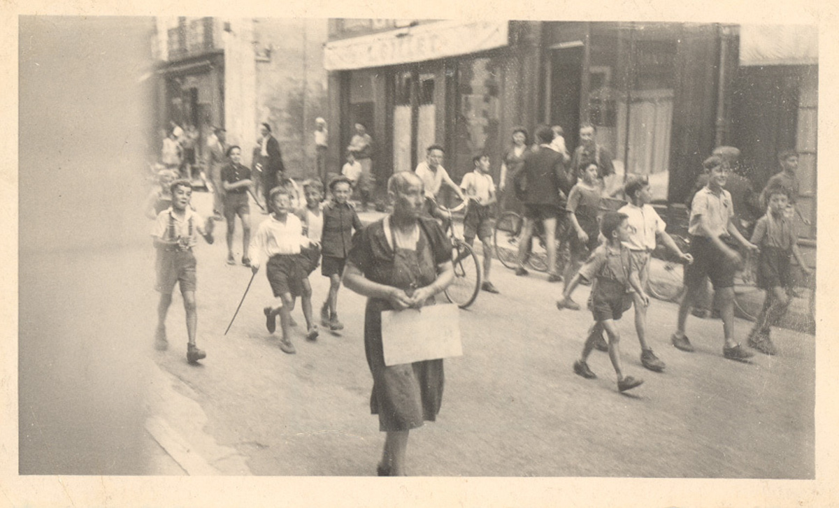 Parade pour une femme tondue à La-Côte-Saint-André, août 1944 Photographie Août 1944