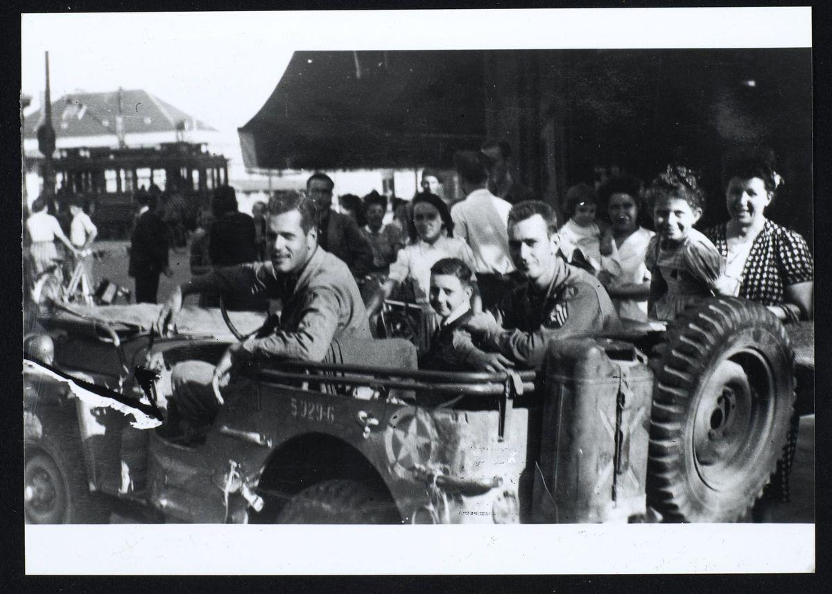 civils et soldats américains dans une jeep, libération de Grenoble, août 1944 Photographie