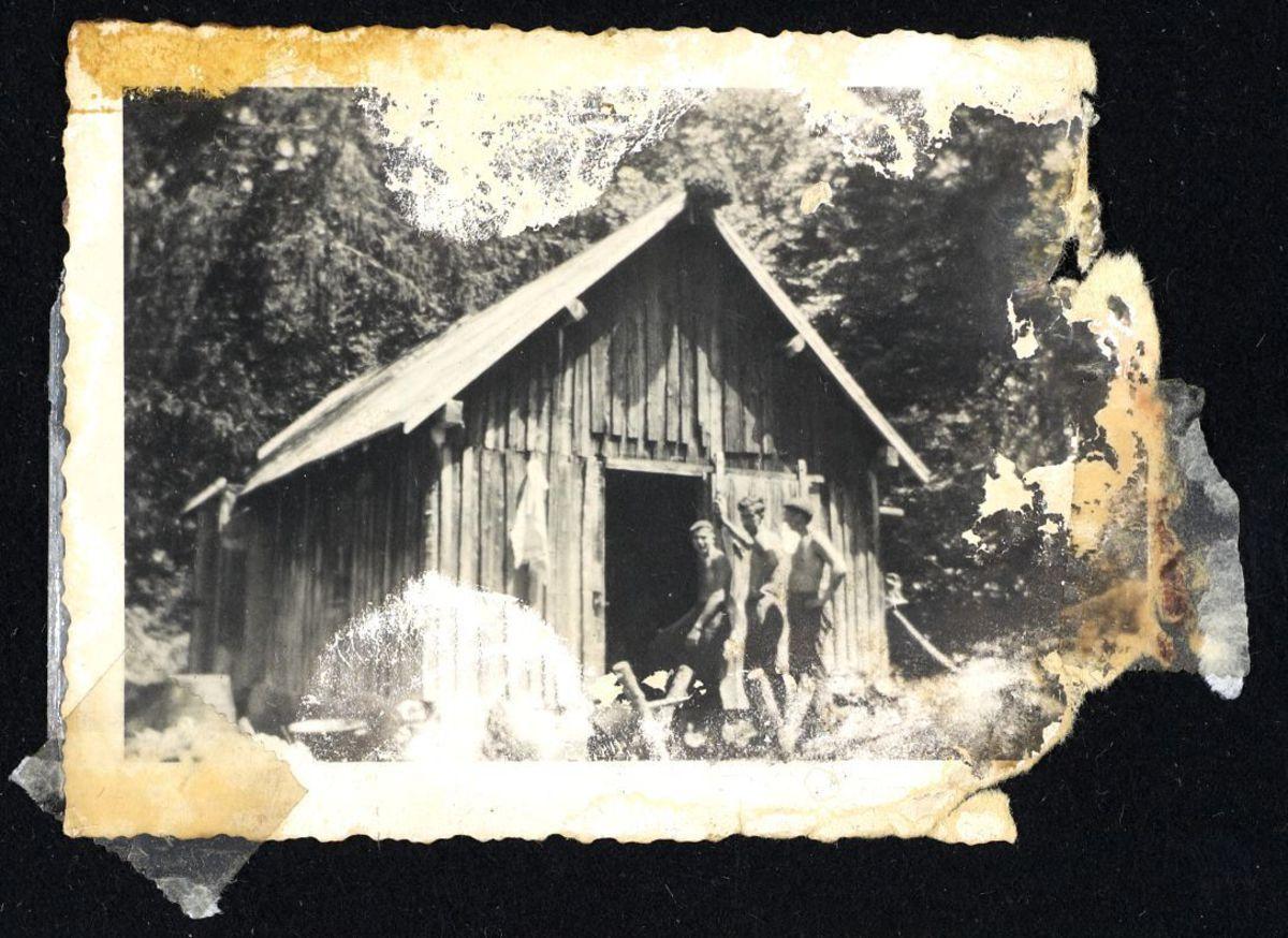 Maquisards devant une baraque, Autrans. Photographie