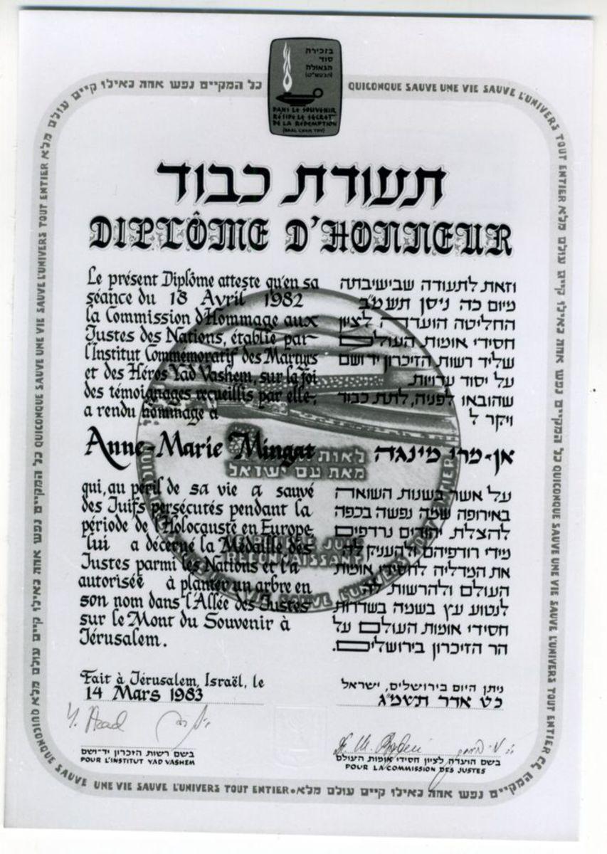 """Diplôme d'honneur des """"Justes des Nations"""" décerné à Anne-Marie Mingat, mars 1983 Photographie 14 mars 1983"""