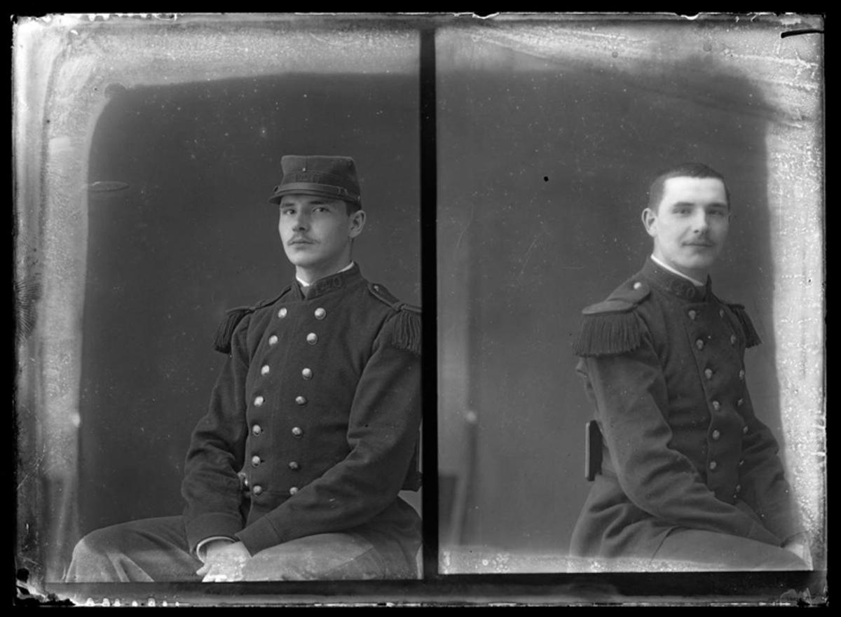 Portrait de jeune homme en costume militaire Photographie